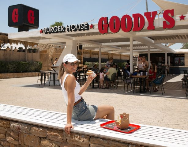 To extreme loaded μπιφτέκι με cheddar του Goody's Burger House είναι ο food influencer του καλοκαιριού